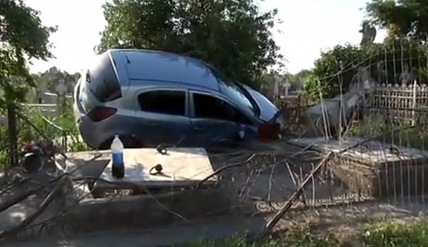 Accident pe DN68. Un şofer a intrat cu maşina în zidul cimitirului