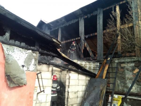 GALERIE FOTO. O casă și câteva anexe, cuprinse de foc în Colonia Petroșani
