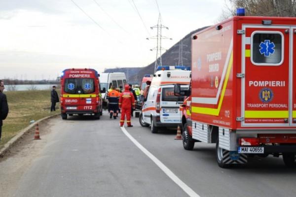 PLANUL ROŞU A FOST ACTIVAT. Un microbuz plin cu pasageri s-a ciocnit cu un camion. 12 victime în accident. Traficul este blocat pe DN1C