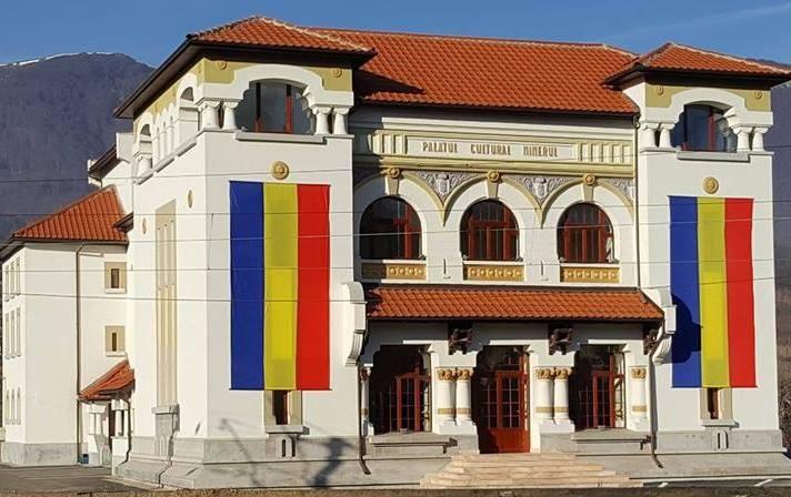 Primăria Lupeni reia seria spectacolelor oferite gratuit cetățenilor la Palatul Cultural