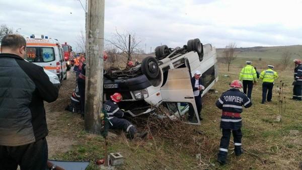 Accident de circulaţie, în care a fost implicat un microbuz școlar, soldat cu 11 răniţi, pe DN 687, în localitatea Barcea Mare