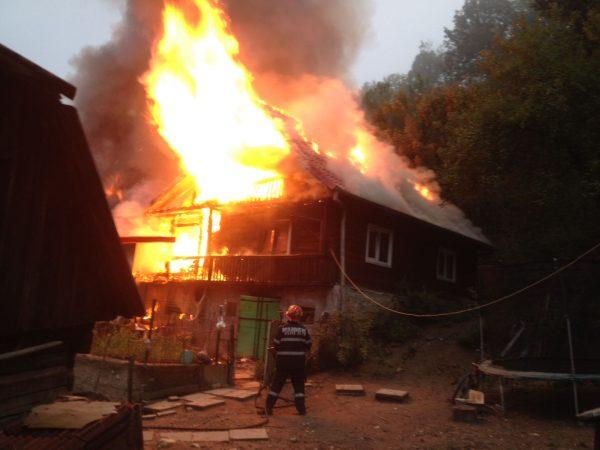 VIDEO / GALERIE FOTO / Incendiu devastator în Petroșani