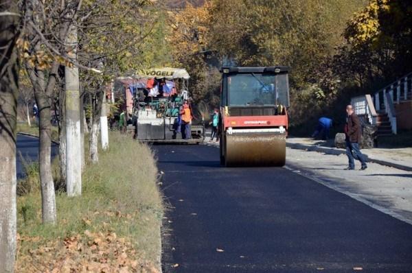 La Petroșani se toarnă asfalt pe cel de-al doilea sens al drumului de centură