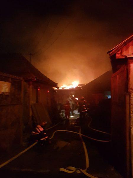 Sute de pui de găină morți în urma unui incendiu la o anexă din Orăștie