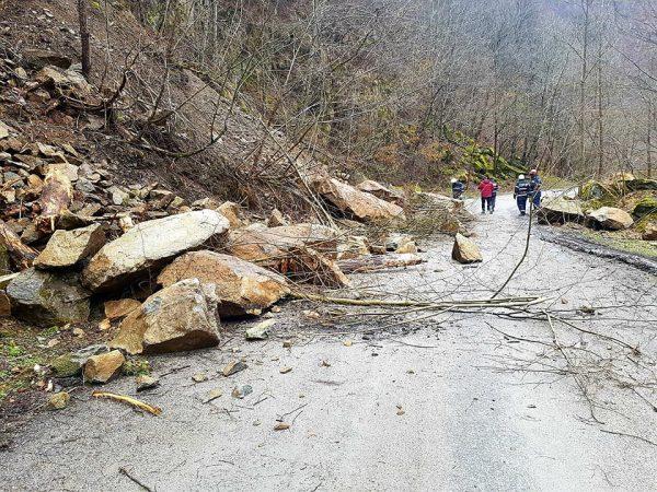 Roci prăbușite de pe versanți pe Drumul Județean 685.