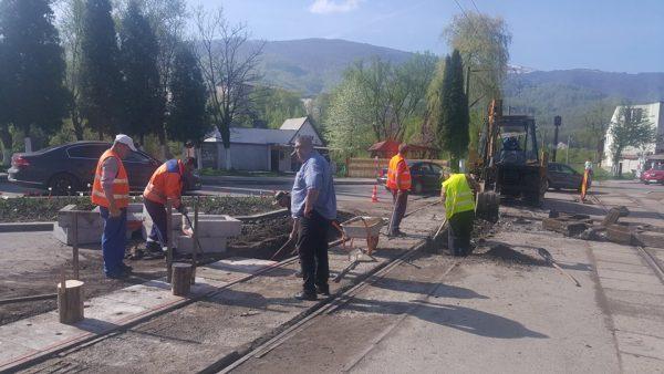 Lucrări de reabilitare la trecerea de nivel pe calea ferată de la Bărbăteni