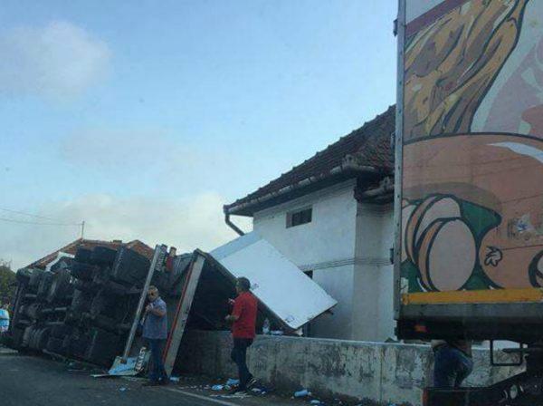 Camion răsturnat pe DN 66
