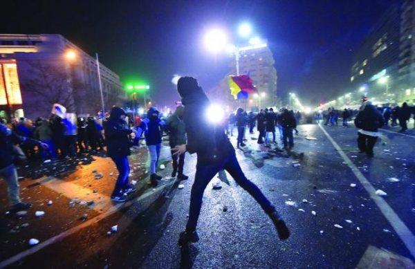 Fost ofiţer SRI, acuzaţii INCENDIARE: Instigatorii din Piaţa Victoriei - cetățeni care nu vorbeau limba română
