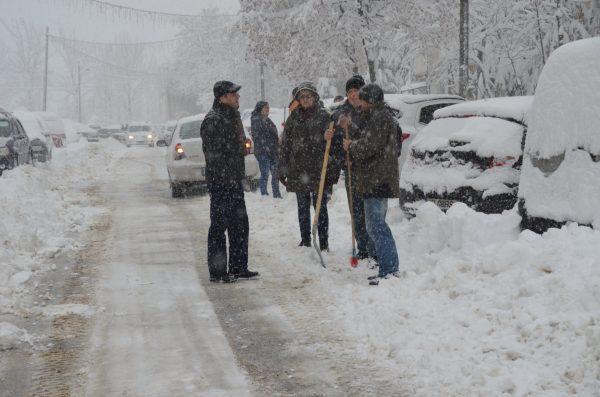 La Petroșani, cetățenii au ieșit la deszăpezire