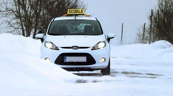 Zăpada și vremea rea suspendă examenul auto în Valea Jiului