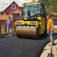 La Uricani, continuă lucrările de modernizare a drumurilor vicinale