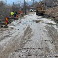 Au început lucrările mult așteptate de reabilitare a drumului care leagă Vulcanul de Dealu Babii și trece prin Crividia