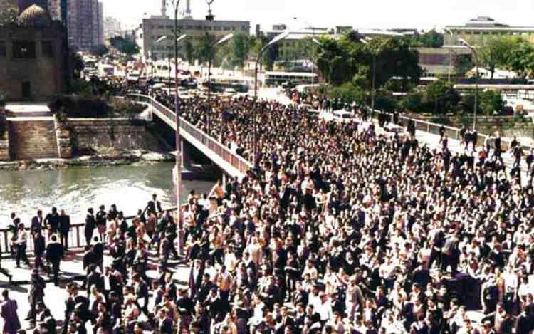 Cairo 24/02/1968 studenti in corteo verso il parlamento attraversano il ponte Qasr El-Aini