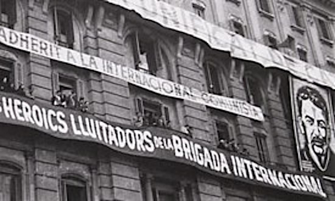 Striscione accanto al volto di Stalin alle finestre dell'Hotel Colón di Barcellona, sede del PSUC-PCE