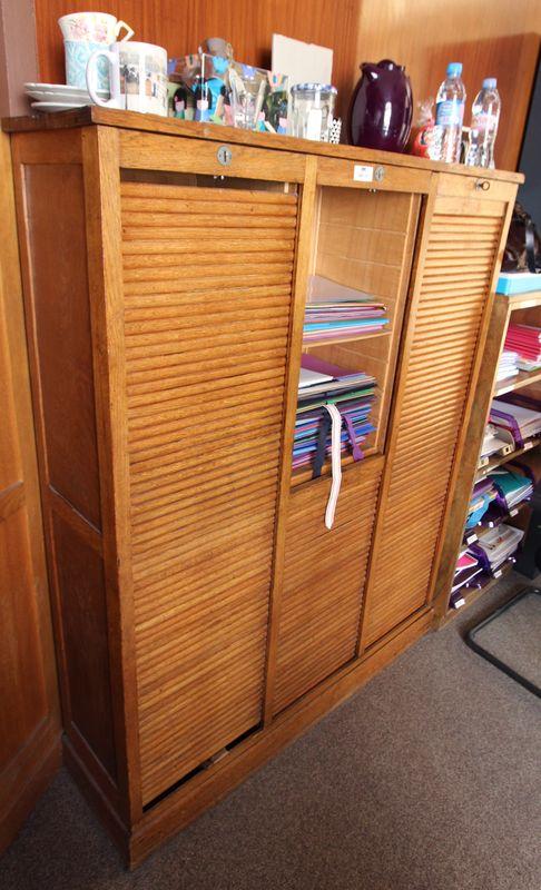 meuble classeur a rideaux a lamelle en bois naturel travail francais des annees 1930 accidents et a