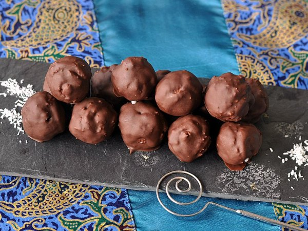 """Billet """"Truffes chocolat-noix de coco façon Bounty"""" paru sur www.avecpanache.ch"""