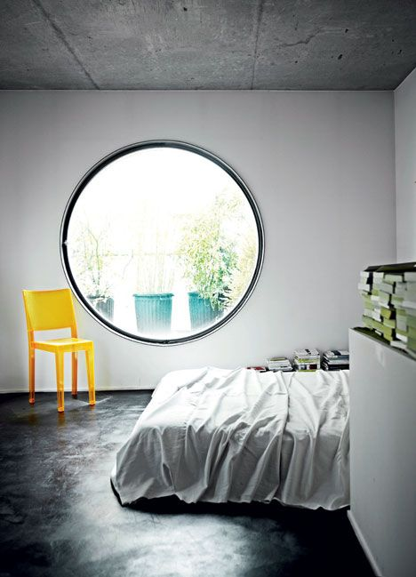 chambre-fenetre-ronde-chaise-jaune-aventuredeco