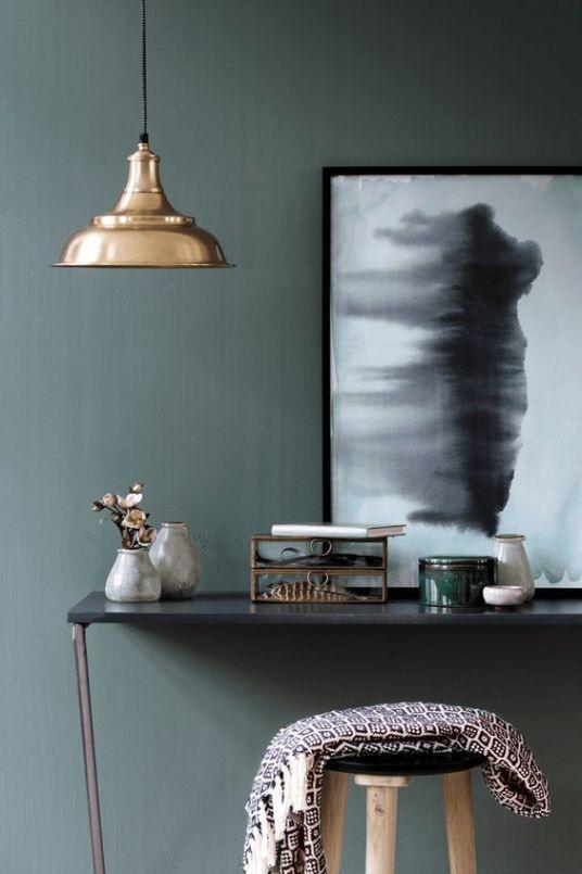 bureau-entre-mur-couleur-vert-suspension-laiton-decoration