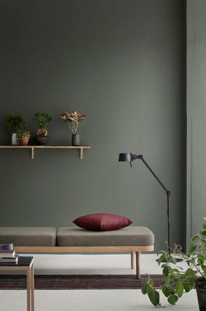 mur-couleur-vert-banquette-daybed-decoration-salon-aventuredeco