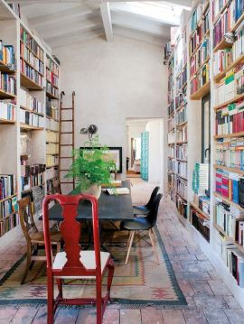 salle-a-manger-avec-bibliotheques-aventuredeco