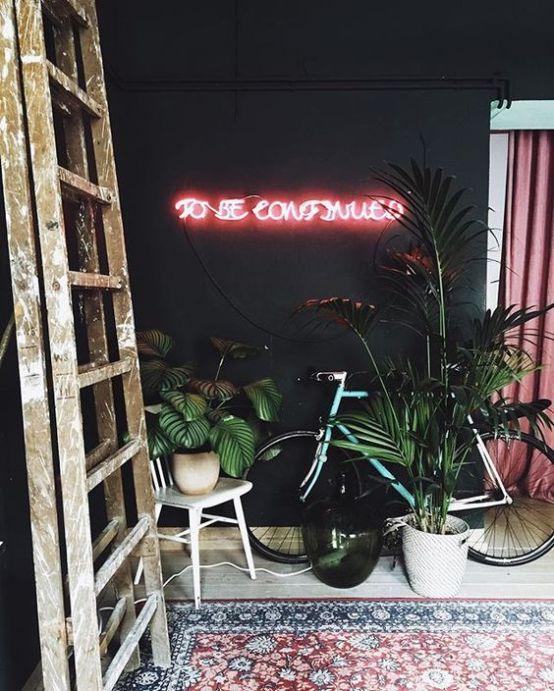 Des lettres en néon rose dans une entrée ambiance urban jungle !