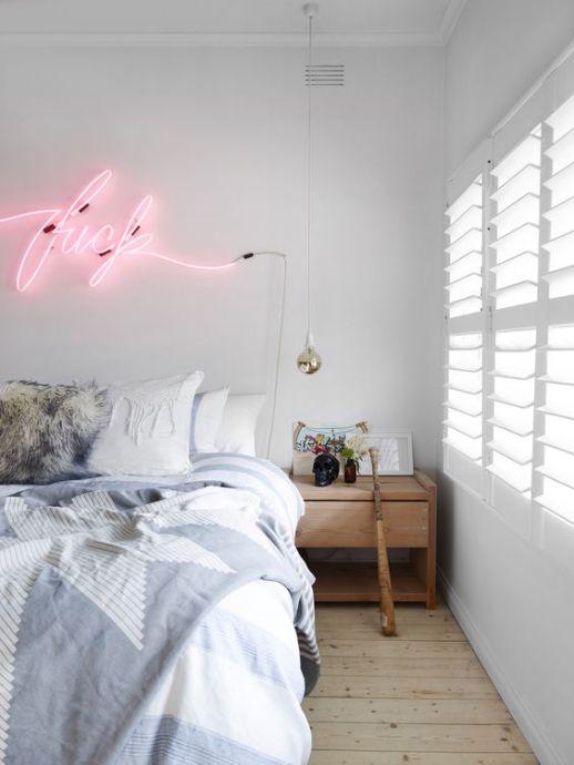 Une tête de lit avec des lettres de néons roses. Humour et originalité sont au rendez-vous !