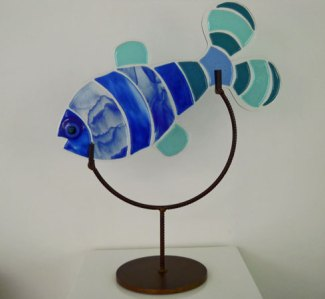 "Ellen Kuijl, ""Fish VI"", gefused glas in metalen frame, 64 x 53 x 21 cm."