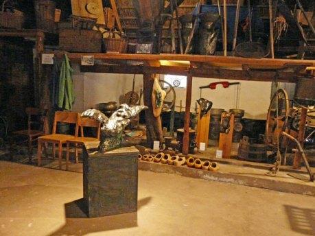 """Bronzen kunstwerken in de Stal: Jits Bakker heeft """"Leda en de Zwaan"""" naar het platteland gebracht en Monica Ligteringen haar bronswerken op houten sokkels."""