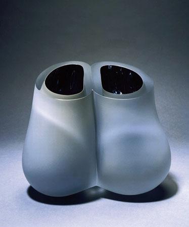 """Menno Jonker, """"Furbish"""", 2002, geblazen, samengesmolten, gereduceerd gebrand, geslepen en gematteerd kristal, ^ 24 cm."""