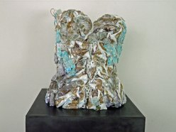 "Patula Berm, glazen bustier ""Silky Sea Turtle"", hoogte 38 cm, gefused glas met porseleinen stukjes."