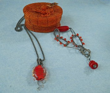 Marlein Bong, zilveren armband met zelfgemaakte rood/oranje glazen kralen en carneool; armband kan in lengte versteld worden; met bijpassende hanger aan zilveren ketting.