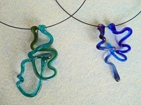 Judith Makkenze, Dubbele glazen hanger aan ketting.