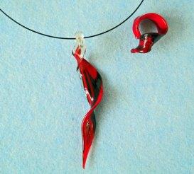 Judith Makkenze, Glazen hanger met bijpassende ring rood.
