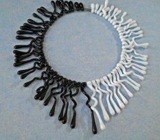 Judith Makkenze, Collier glasvormen vol zwart/wit.