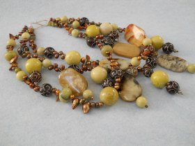 Marleen Rameckers, Halssieraad Nr. 13, met parels, jade, serpentijn.