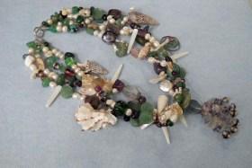 Marleen Rameckers, Halssieraad Nr. 20, met parels, jade, fluoriet, amethist, agaath, aventurien, robijn in zoisiet.