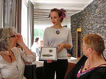 Sophie toont de sieraden van Monica Ligteringen en de multi-functionaliteit daarvan.