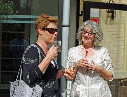 Nicoline Lenskens en Judith Makkenze wisselen hun ideeën omtrent de sieraden uit.