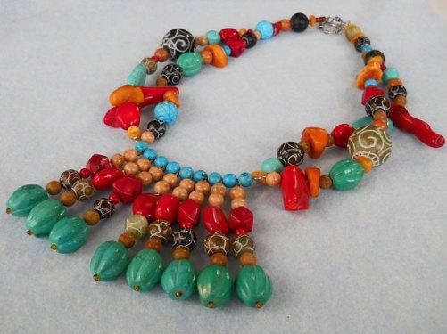Marleen Rameckers, Halssieraad Nr. 18, met amber, koraal, jade, howliet, jaspis en versteend hout.