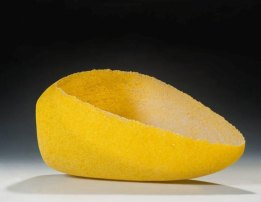 "Carine Neutjens, ""Geel object"", pâte-de-verre, 2011, hoog 17, breed 42 cm."