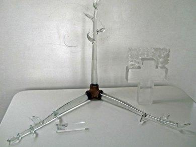 Het Ledenobject (2000) van Caroline Prisse staat samen met een later kunstwerk van haar in de galerie.