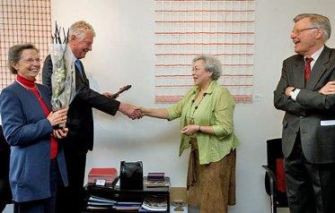 """Een speciaal cadeau voor Wim Kok, het boek """"De Eper Canon"""", geschonken door Wilma Schwankhaus van Rotary Epe."""