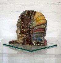 """Ria Pastoor, """"Lichtende plek"""", klei, engobe, oxiden, glazuur, 27 x 30 x 15 cm."""