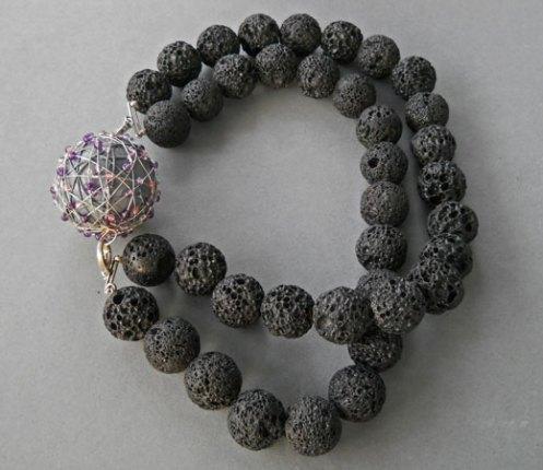 "Sheila Westera, Collier ""Shadow""-met dubbelle rij Lava-stenen. De 'Pilar' bal kan afgehaakt worden, in sterling zilver, hout en halfedelstenen."