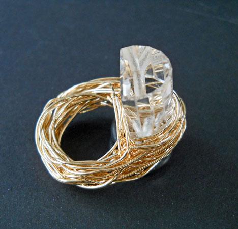 """Sheila Westera- Ring """"Tunnel- model"""" kristalsteen met gewalst goud omringd"""