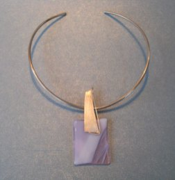 Joanna Dynysiuk, zilveren spang met glazen hanger.