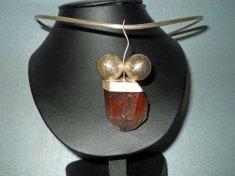 Joanna Dynysiuk, zilveren spang met hanger van bergkristal.
