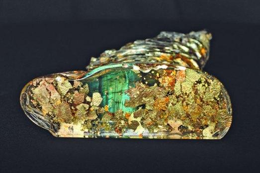 """Marcin Karwiński, """"Strange galaxy"""" oftewel de """"Melkweg"""", 2012, 60 lagen glas in midden laag van blauw-groen reflecterend Mexicaans labradoriet, met spectaculaire lichtdoorloop, 6,5 x 19 x 25,5 cm."""