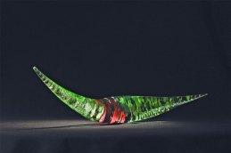 "Marcin Karwiński, ""Transformation"", 2012, speciaal glas verkleurend van lichtrose tot diep groen, met bladgoud tussenin, 14 x 62 x 14 cm."