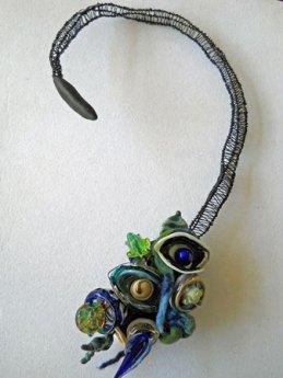Gabriëlle Bolt, Halssieraad, glazen sculptuur op geweven draad, met zwart binddraad en versierd met vilt.